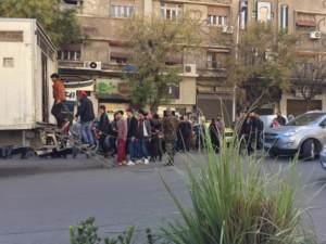 ¿Alguien manipuló esta foto de hombres sujetados en Damasco?